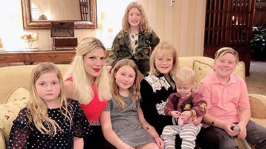 Tori Spelling (druhá zleva) s matkou Candy a dětmi
