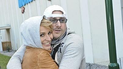 Monika Absolonová skrývala blond hřívu pod kapucí.