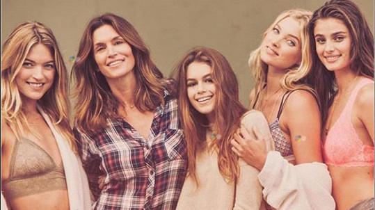 Kaia s maminkou Cindy a modelkami Marthou Hunt, Taylor Hill a Elsou Hosk