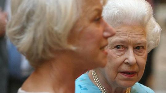 Královna Alžběta II. si prohlíží svou filmovou dvojnici Helen Mirren.