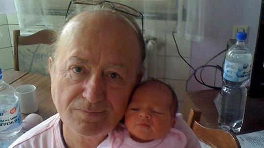 Pyšný otec Petr s novorozenou dcerou.