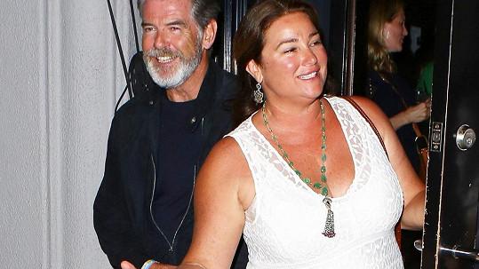Pierce Brosnan s manželkou odcházeli z párty krátce po půlnoci.