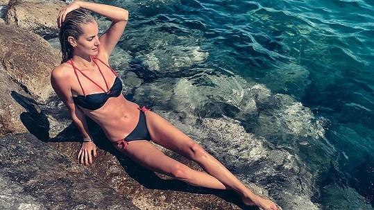 Denisa Dvořáková vystavila své tělo slunci na Jadranu.