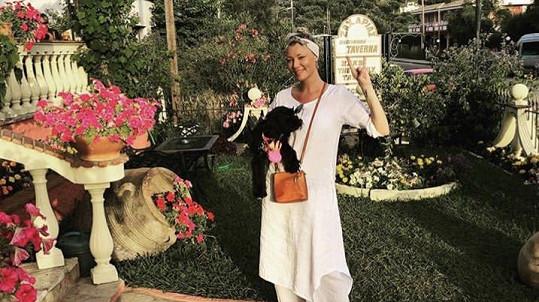 Helena Zeťová v Řecku adoptovala pejska.