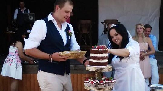 Mirka Rubíková s manželem krájí svatební dort.