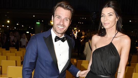 Na závěrečný večírek po přehlídce Leoše doprovodila jeho partnerka Monika.