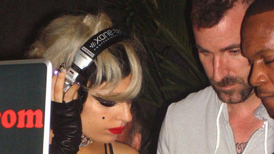 Lady Gaga v roli dýdžejky.