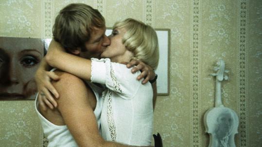 Luděk Sobota a Helena Vondráčková ve filmu Jen ho nechte, ať se bojí (1977)