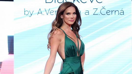 Andrea tyto šaty předvedla už na karlovarském filmovém festivalu.