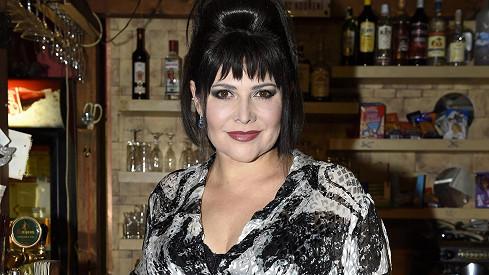 Ilona Csáková se vrátila k image, kterou nosila v době svého hitu Tornero.