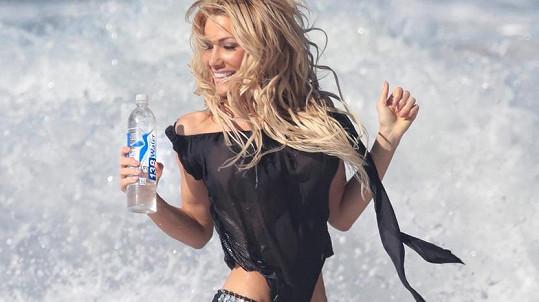 Dalia Elliott pózuje v reklamě.