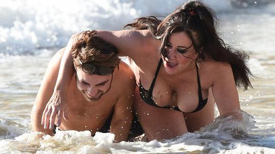 Lisa Appleton s kamarádem na pláži