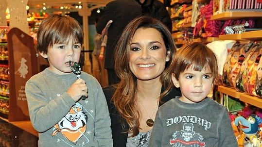 Okouzlující Alena Šeredová se syny během slavnostního otevírání obchodu Disney v Miláně.