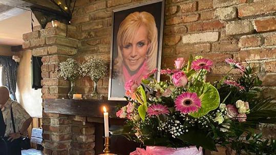 Pod fotografii Hany Krampolové pokládali smuteční hosté květiny.