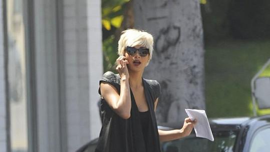 Tahle svůdná blondýnka se procházela ulicemi Los Angeles. Víte, o koho jde?