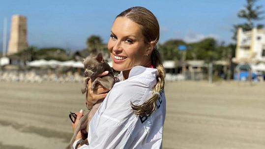 Simona Krainová si užívá sluníčko a pláž v Marbelle.