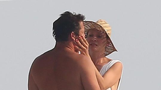 Uma Thurman s partnerem na jachtě plula podél pobřeží Saint-Tropez.