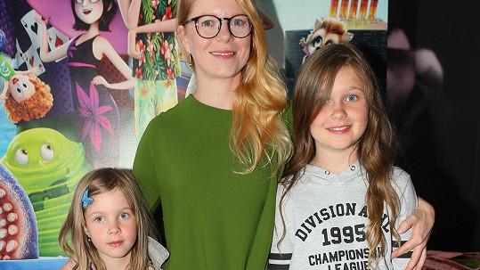 Monika Zoubková s dcerami Emmou Luisou (vpravo) a Stellou-Marií