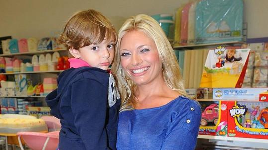 Lucie Borhyová se synem Lucasem.