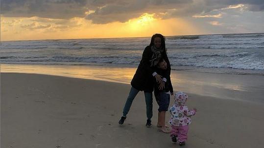 Agáta Prachařová je s dětmi v Izraeli.