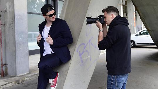 Kazma fotil pro módní magazín.
