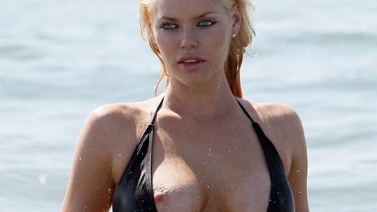 Vnadná modelka Sophie Monk v odvážných plavkách v Kalifornii.