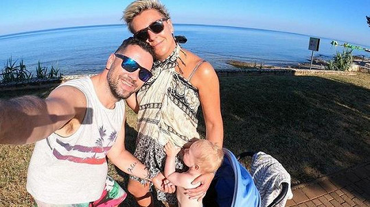 Michal je se svou rodinou na dovolené.