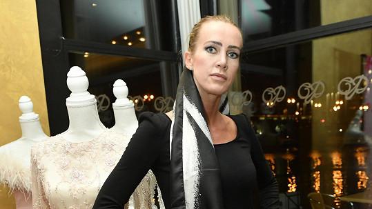 Barbara Kautmanová šije a prodává hedvábné roušky.