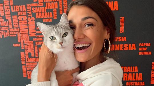Andrea Kalousová se svou kočičkou