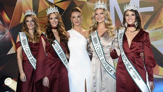 Taťána Makarenko se svými úřadujícími královnami krásy