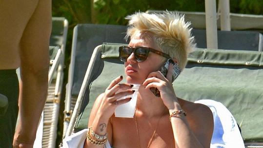 Miley se opalovala u bazénu.
