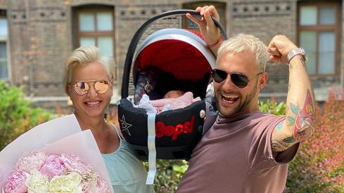 Rozesmátá Martina Pártlová už je s miminkem doma. Z porodnice odešla i její kamarádka NikolŠtíbrová