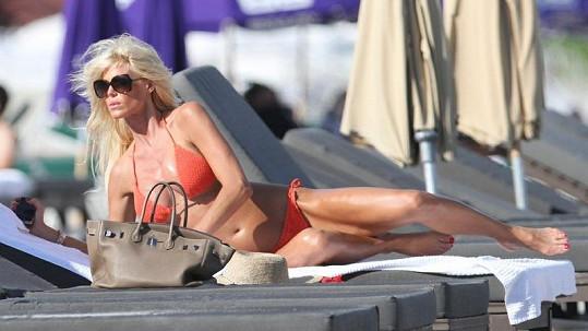 Victoria Silvstedt si užívá slunce.