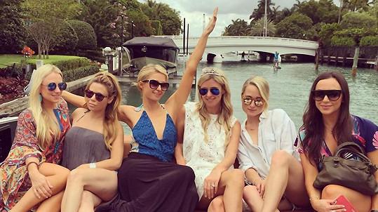 Nicky s Paris Hilton a kamarádkami se plavily na luxusní jachtě.