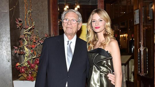 Vojtová pomáhá dědečkovi.