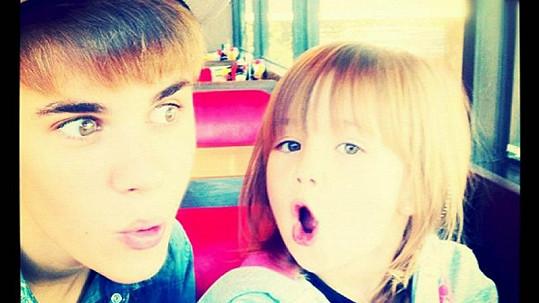 Justin Bieber se svou sestřičkou Jazmyn v cukrárně.