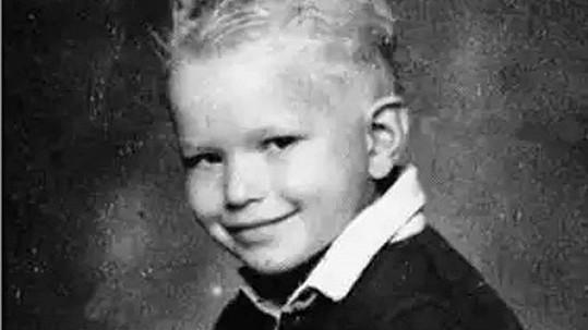 Z neduživého chlapce vyrostl hollywoodský fešák.