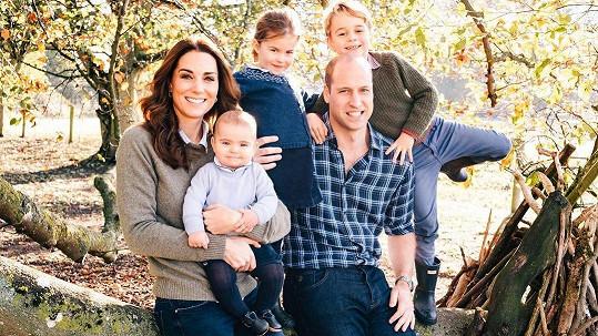 Kate a William zapózovali s jejich třemi dětmi.