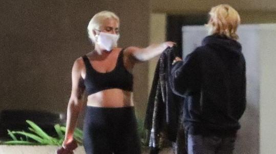 Lady Gaga věnovala fanynce svou bundu.