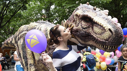 Míša Nosková se líbala s dinosaurem.