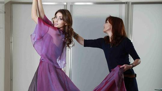 Beata Rajská vlastnoručně upravuje šaty purpurové barvy přímo na modelce.