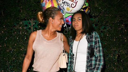 Mel B s dcerou Phoenix při odchodu z restaurace