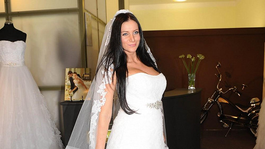 Andrea Šťastná musí předělávat svatebky. Vyrostla jí ňadra a šaty jsou jí malé.