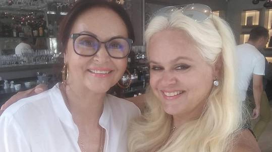 Monika Štiková s maminkou (vlevo)