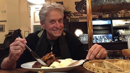 Michael Douglas si pochutnává na tradiční české lahůdce.