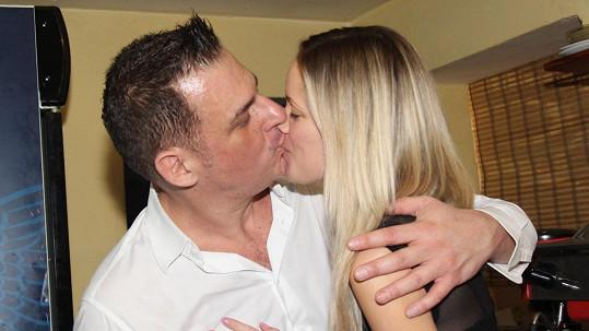Davide Mattioli s krásnou mladičkou přítelkyní Lenkou