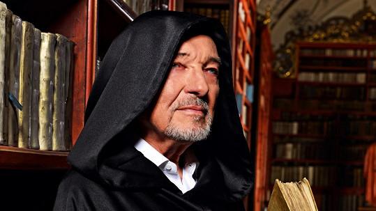 Karel Gott se nechal zvěčnit v knihovně.