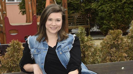 Eva Hacurová hraje v Ulici kovářku a motorkářku Alici.
