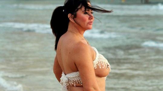 Lisa Appleton se producírovala na pláži.