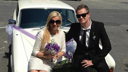 Kateřina Kristelová a Kamil Bartošek na svatbě. Nikoli na vlastní, ale na veselce Kamilova bratra.